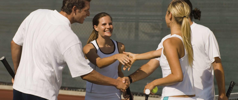 Viert Tennisspieler schüttteln sich die Hand