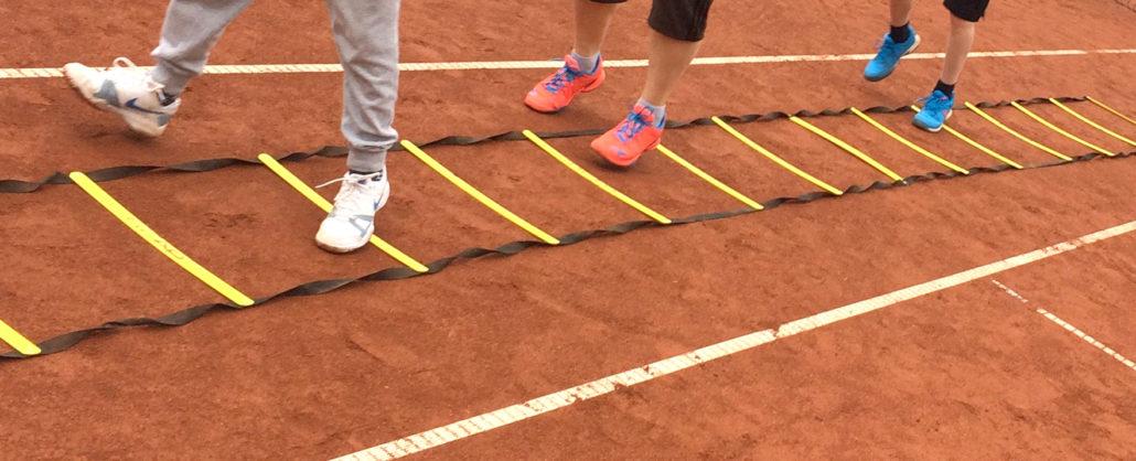 Füße springen in Leiter am Boden