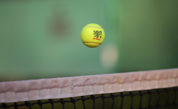 HTV-Ball über dem Netz