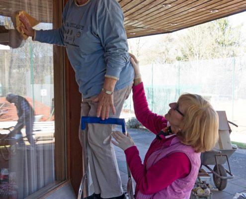 Zwei Damen beim Fensterputzen