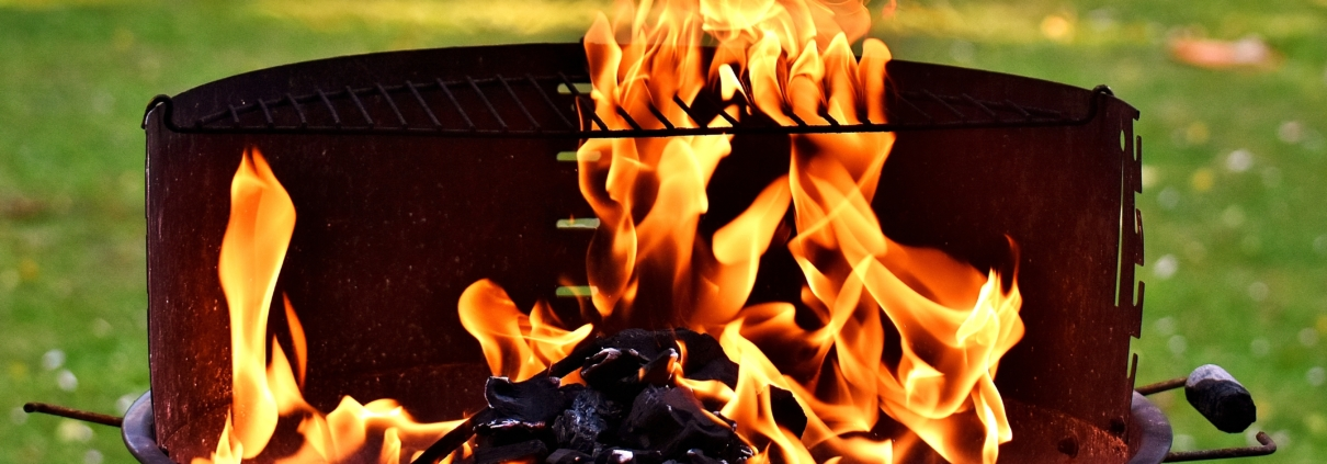 Flammen aus Kohlegrill auf der Wiese