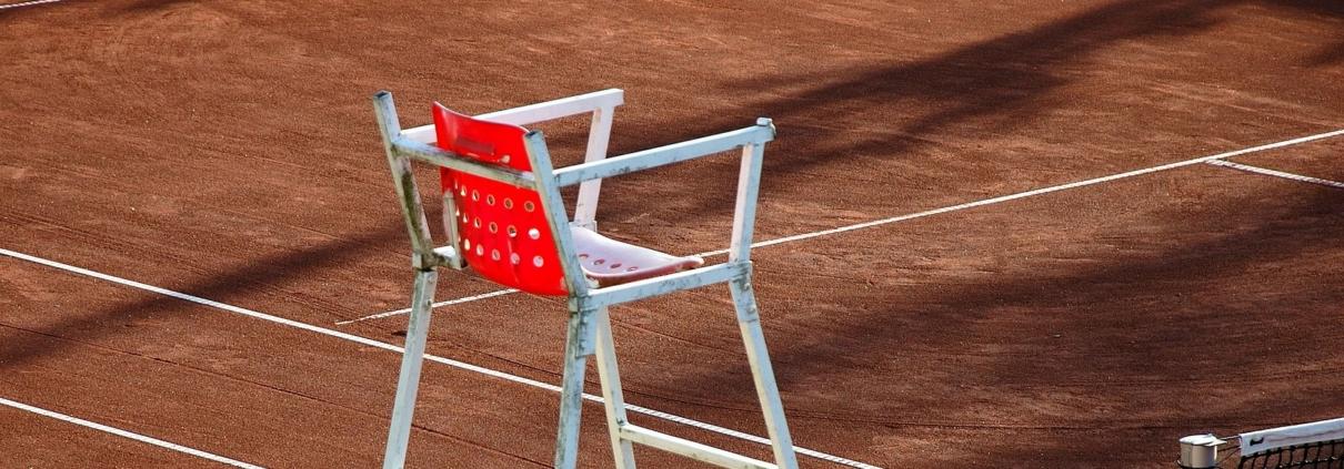 Leerer Schiedsrichterstuhl auf Sandplatz