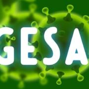 Abgesagt-Schriftzug vor grünen Coronaviren